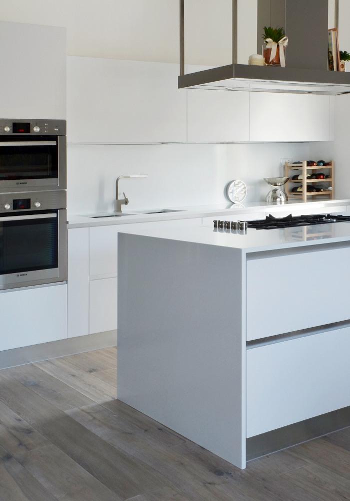 cucina moderna con top in quarzo bianco