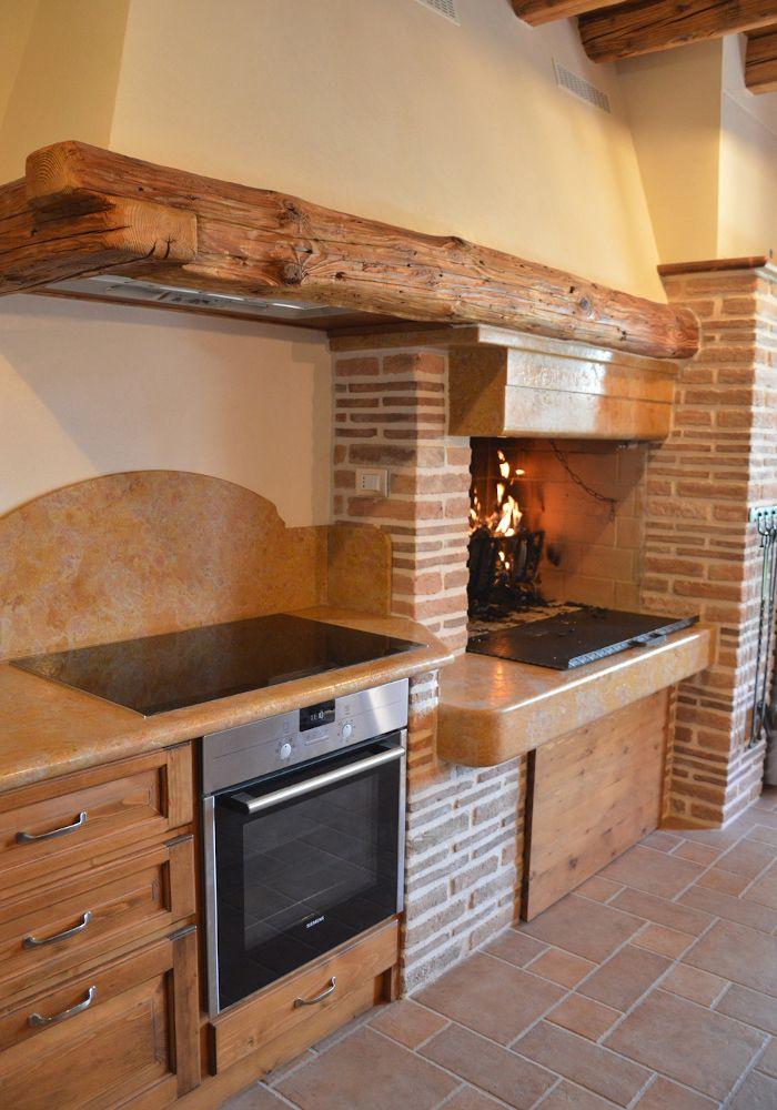 cucina in muratura con marmo e mattoni vecchi